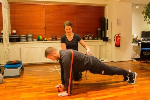 Fysioterapeutti ohjaa liiketttä